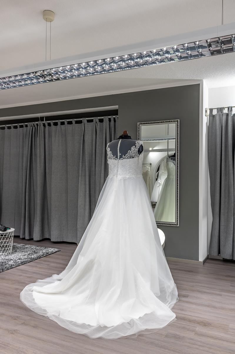 White Curvy Braut Eventmode In Gr 44 64 Brautmodengeschaft In Karlskron Offnungszeiten